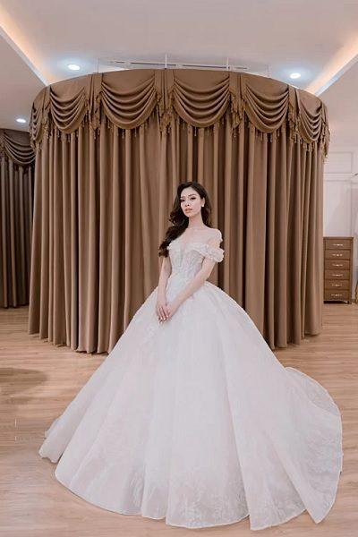 Xu hướng váy cưới trễ vai dáng xòe vô cùng khiến nàng trở nên gợi cảm hơn