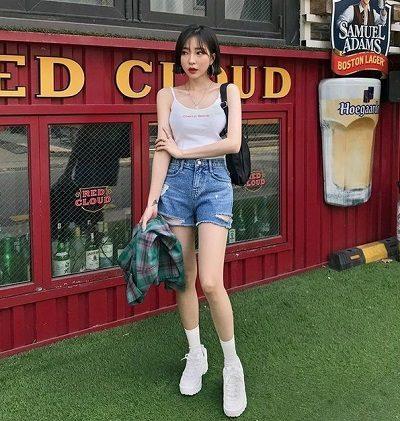 Mặc đồ gì để đi xem phim: Áo hai dây + Quần short jean rách đùi