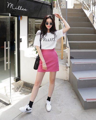 Mặc đồ gì để đi xem phim: Áo phông tay ngắn + Chân váy hồng dáng ngắn