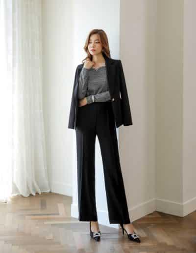 Suit tối màu và áo thun - Ảnh 1