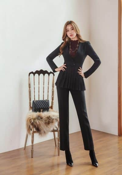 Suit tối màu và áo thun - Ảnh 2