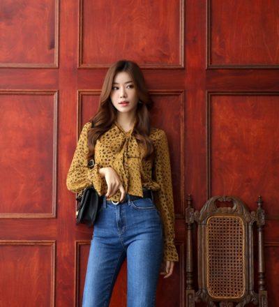 Quần jeans và sơ mi kín cổng cao tường - Ảnh 1