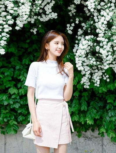 Mặc áo phông trắng cổ cao đơn giản và quần giả váy vạt lệch
