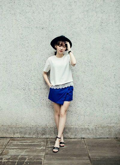Quần giả váy xanh + Áo thun trắng cá tính