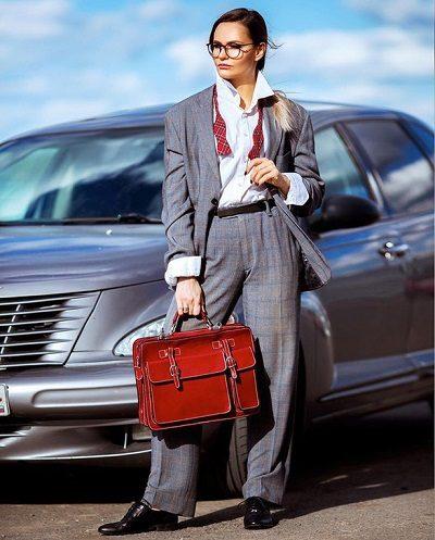 Túi bạn mang cũng nên có hình dáng rõ ràng, không nên đeo túi trông giống như một chiếc bị, hoặc có những hoạ tiết quá tươi sáng. Tuy nhiên, đừng ngại chọn một số ít phụ kiện màu sắc, một bộ vest nghiêm túc trông sẽ khác biệt nếu bạn mang theo một chiếc túi màu đỏ.