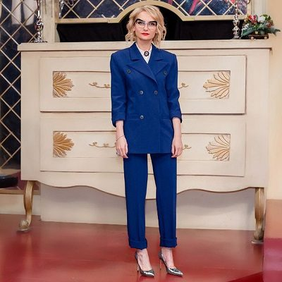 Màu xanh dương có lẽ là lựa chọn tốt nhất cho một buổi phỏng vấn xin việc. Đây cũng là lý do đồng phục và các bộ vest mặc đi làm đều có màu xanh dương. Màu này liên quan đến độ tin cậy, sự tự tin, năng lực và chuyên môn.