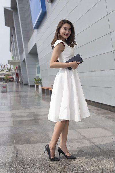 Dự đám cưới ở quê cần cách ăn mặc đơn giản, lịch sự như diện một chiếc váy xòe trắng dài qua gối