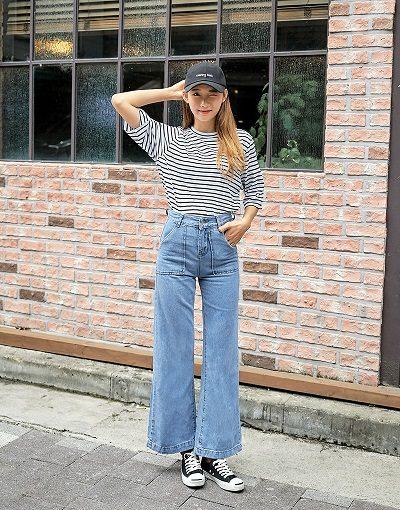 Phối jeans với áo phong kẻ ngang mang giày thể thao nổi bật cho mùa thu