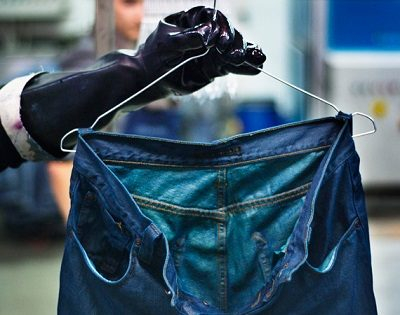 Sau khi giặt quần jeans bằng nước ấm, bạn đợi quần jeans hạ nhiệt rồi giặt lại quần bằng nước ấm một lần nữa với bột giặt như bình thường.