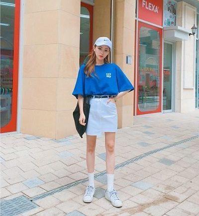 Phong cách Streetwear: Áo phông xanh coban + Chân váy ngắn