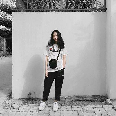 Phong cách Streetwear: Quần thể thao + Áo thun Fila