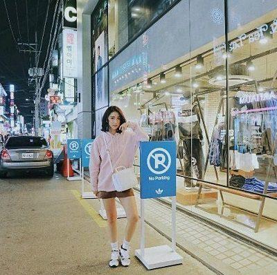Phong cách Streetwear: Áo hoodie hồng pastel + Quần short cá tính