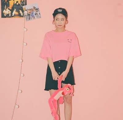 Phong cách Streetwear: Áo phông Oversize mix váy jeans rách ống lệch