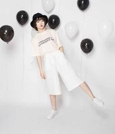 Phong cách Streetwear: Quần cullotes trắng + Áo phông