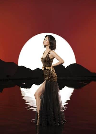 Trang phục tôn dáng mảnh, chân thon của Bích Phương trong MV mới