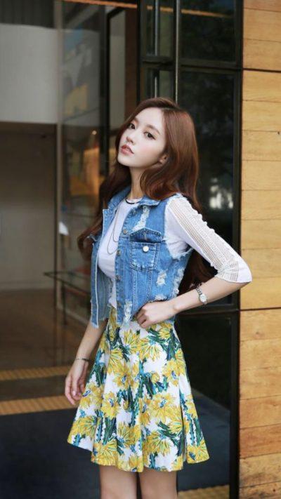 Set áo phông kết hợp váy voan hoa khoác jean rách