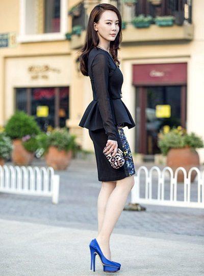 Váy peplum dài tày màu đen in hoa nổi bật sẽ là lựa chọn đẹp sau chiếc áo dài tha thướt quen thuộc