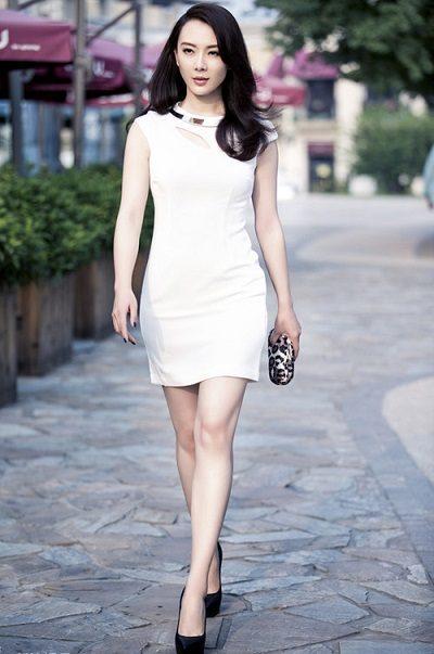 Bộ đầm liền thân màu trắng thanh lịch sang trọng