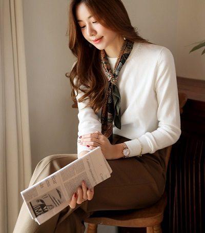 Áo len là item không thể thiếu giúp tạo nên những set đồ công sở nữ tính, ấm áp - 5 Kiểu mix áo len thời thượng nổi nhất 2020 cho nữ công sở