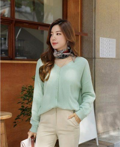 Mặc riêng cardigan với chân váy, quần âu - Ảnh 1 - 5 Kiểu mix áo len thời thượng nổi nhất 2020 cho nữ công sở