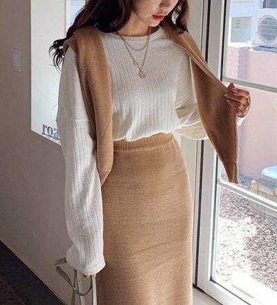 Vắt áo len qua vai - Ảnh 1 - 5 Kiểu mix áo len thời thượng nổi nhất 2020 cho nữ công sở