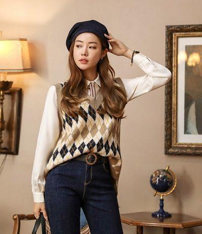 Áo gile len và sơ mi trắng - Ảnh 2 - 5 Kiểu mix áo len thời thượng nổi nhất 2020 cho nữ công sở