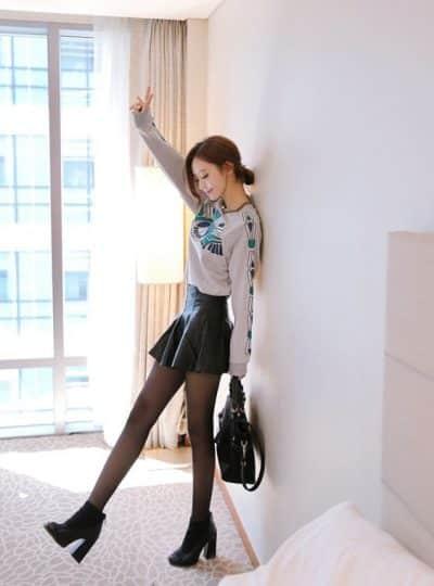 Áo phông hoạ tiết tay dài + Chân váy da ngắn dáng xoè + Quần tất: Xinh lại càng xinh