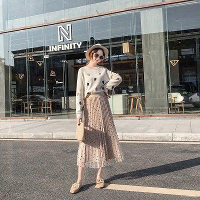 Kết hợp áo oversize với chân váy dập li - Ảnh 1 - Cách mặc đồ cho người béo bụng trở nên quyến rũ
