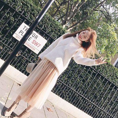 Kết hợp áo oversize với chân váy dập li - Ảnh 2 - Cách mặc đồ cho người béo bụng trở nên quyến rũ