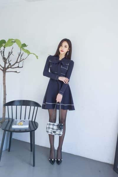 Đầm xòe ngắn tay dài + Quần tất đen + Giày cao gót duyên dáng