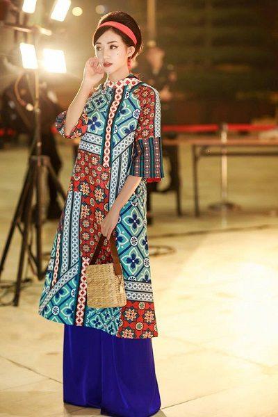 Họa tiết sắc sảo của một chiếc áo dài cách tân trẻ trung dành cho phái nữ