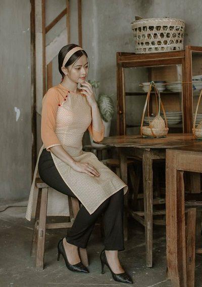 Những năm gần đây, người Việt bỗng trở nên rất hoài cổ, chính vì vậy nếu chọn một mẫu áo dài vintage phối cùng quần ôm để tạo sự mới mẻ thì hẳn cũng là một lựa chọn rất khéo léo.