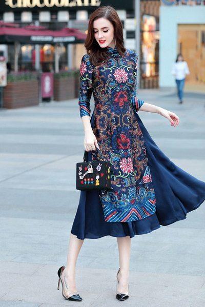 Bí ẩn và huyền diệu với chiếc áo dài có hoa văn cầu kỳ trong tông màu lạnh.