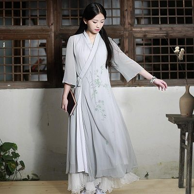 Áo dài ngày nay rất đa dạng về phong cách và kiểu dáng, các chất liệu được chọn để thực hiện các thiết kế này cũng trở nên đa dạng hơn và thoát khỏi những khuôn mẫu ngày đầu.