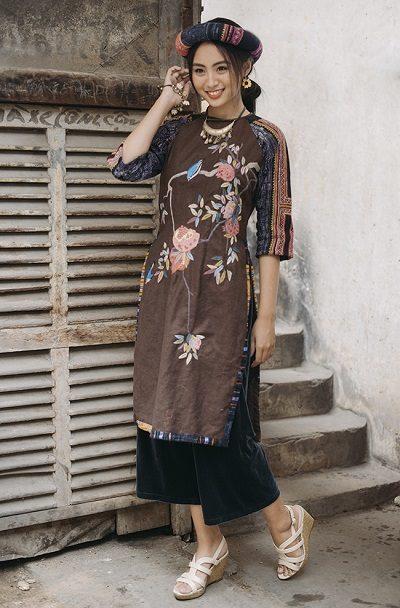 Các nhà thiết kế còn khéo léo phối hợp với các họa tiết thổ cẩm để tạo vẻ mộc mạc cho chiếc áo dài phong cách mori thêu tay.