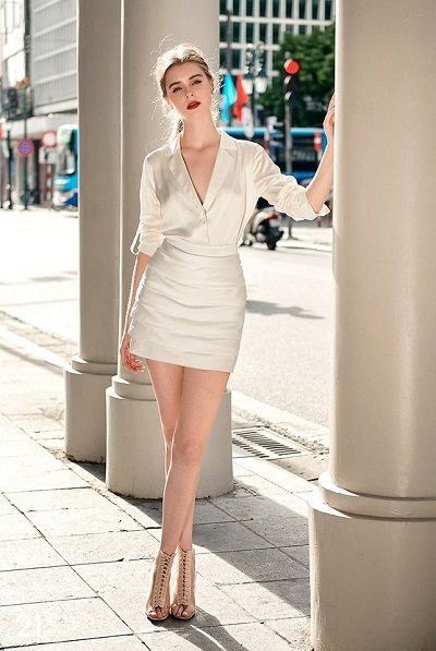 Trang phục của shop chủ yếu chỉ có 2 tông màu đen và trắng, với thiết kế đơn giản nhưng rất tinh tế và sang trọng. - Shop thời trang thanh lịch nữ tính ở Hà Nội