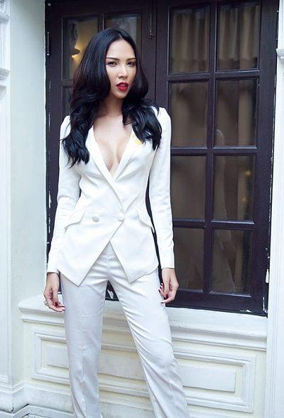 Suit trắng hở ngực quyến rũ - 10 Xu hướng thời trang nữ 2020 nổi như cồn