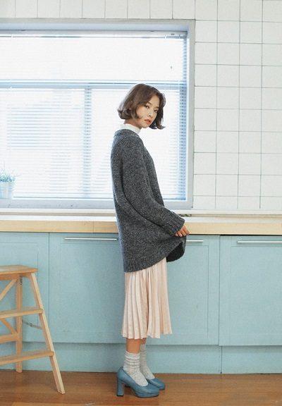 Những mẫu váy xếp ly mang đến cho các bạn nữ vẻ đẹp trẻ trung, gợi cảm, vừa năng động, trẻ trung khi đi làm nhưng cũng không kém phần lịch lãm khi đến công sở - 10 Xu hướng thời trang nữ 2020 nổi như cồn