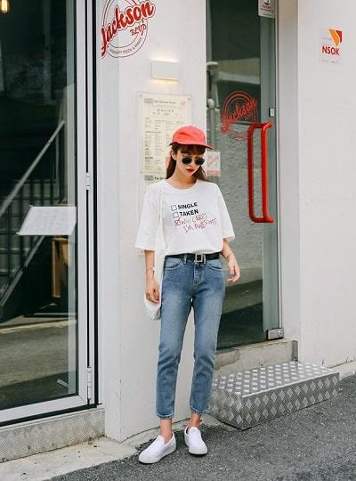 Áo phông họa tiết + Quần jeans + Giày slip-on + Mũ lưỡi trai: công thức mix đồ đi học cho học sinh cấp 2 siêu xinh siêu dễ diện