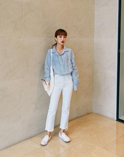 Sơ mi kẻ sọc + Quần jeans trắng + Giày slip-on: công thức mix đồ đi học cho học sinh cấp 2 siêu xinh siêu dễ diện