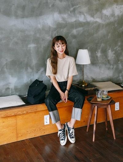 Áo phông trơn + Quần jeans xắn gấu + Giày sneaker: công thức mix đồ đi học cho học sinh cấp 2 siêu xinh siêu dễ diện