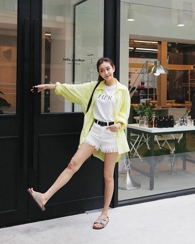 Áo phông trắng + Jean shorts trắng + Áo sơ mi: công thức mix đồ đi học cho học sinh cấp 2 siêu xinh siêu dễ diện