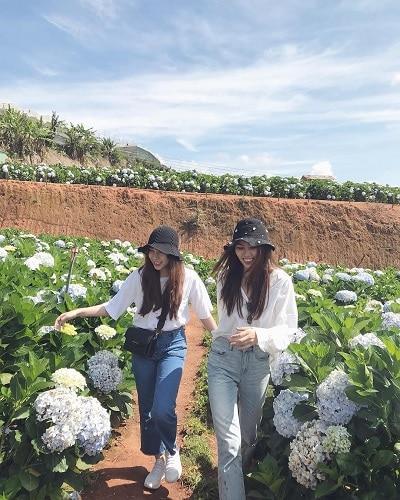 Mặc đồ đi Đà Lạt mùa hè - Công thức 1: Áo trắng + quần jeans