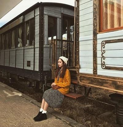 Mặc đồ đi Đà Lạt mùa thu - Công thức 2: Áo len + Chân váy midi