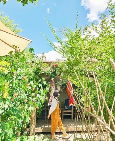 Mặc đồ đi Đà Lạt mùa thu - Công thức 2: Áo thun/len + Váy yếm