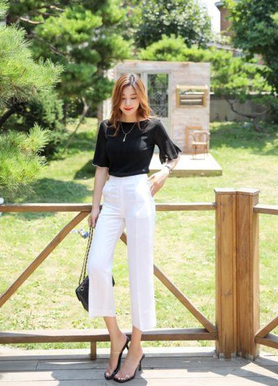 Sành điệu với kiểu áo thun đen tay ngắn phối cùng quần tây trắng công sở