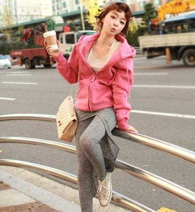 Áo khoác mũ nỉ nhẹ nhàng với các gam màu sáng, rực rỡ là lựa chọn không tồi cho mùa đông lạnh lẽo