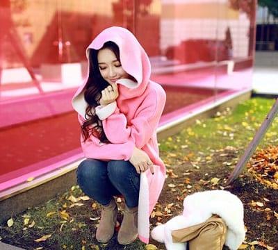 Áo khoác mũ nỉ và mũ lông màu hồng