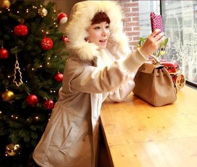 Ngoài ra, ngày đại hàn, áo khoác to, rộng với chiếc mũ viền lông xù ấm áp cũng là một mẫu áo được các tín đồ thời trang săn lùng rất nhiều