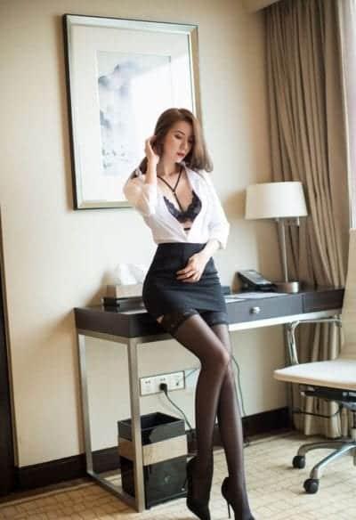 Một chút quyến rũ với kiểu chân váy ngắn ôm body kết hợp cùng với sơ mi trắng phối tất đen vô cùng cuốn hút cho nữ công sở